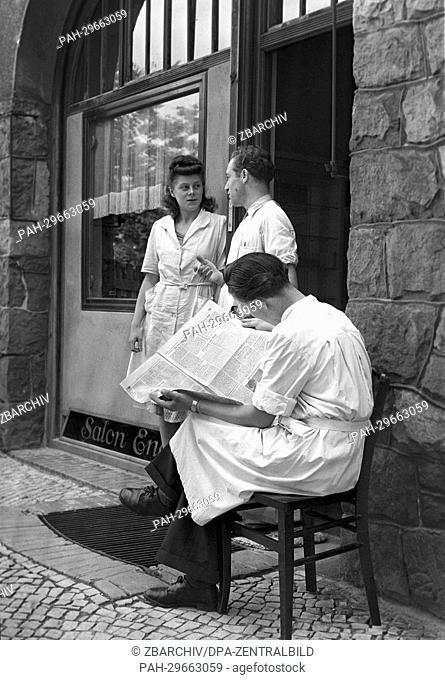 """Employees of the hairdresser """"""""Salon Engel"""""""" take a break in Berlin, Germany, 1949. Photo: zbarchiv - NO WIRE SERVICE. - Berlin/Berlin/Germany"""
