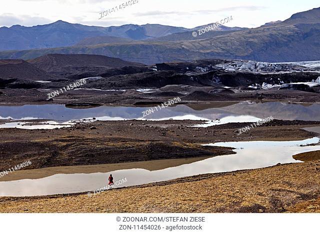 Ein Mensch am Svinafellsjoekull im Vatnajoekull-Nationalpark, Hornarfjoerdur, Ostisland, Island, Europa