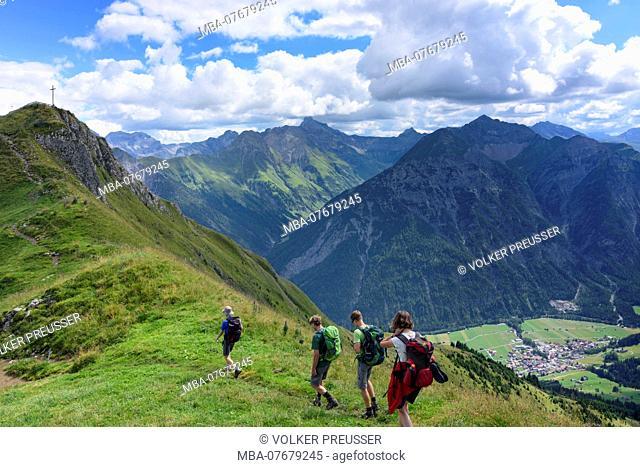 Allgäuer Alpen, Allgäu Alps, family group of hikers at ridge to mountain Jöchelspitze, Lechtal Valley, Tyrol, Austria