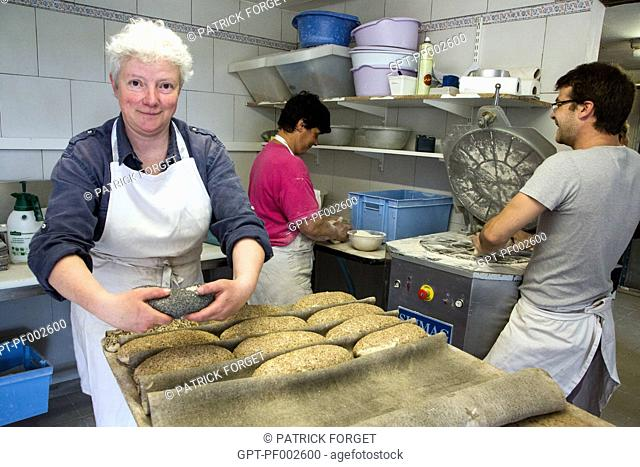 BLANDINE ZOUTARD, BAKER, MAKING LOAVES WITH SEEDS, ORGANIC BREAD BAKERY AT THE SAINT-MAMERT FARM, BUIS-SOUS-DANVILLE, EURE (27), FRANCE