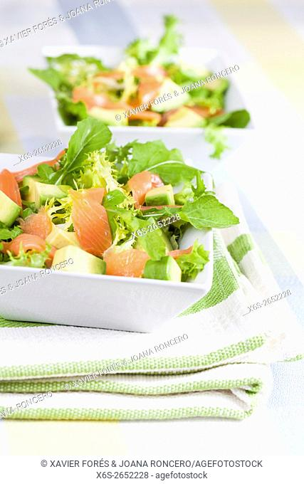Salad of lettuce, avocado and smoked salmon