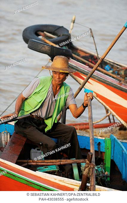 A ferryman waits at Sin Oh Dan Jetty during sunrise in Rangun, Myanmar, 12 April 2013. Photo: Sebastian Kahnert | usage worldwide. - Amarapura/Birma