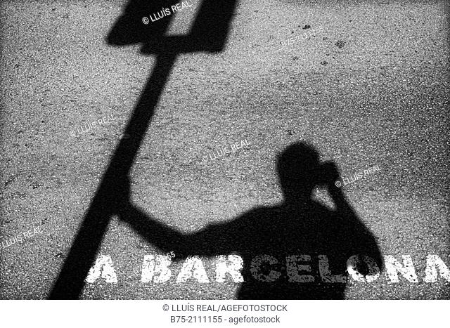 Self Portrait. Shadow of a photographer leaning against a traffic light photographing : A Barcelona. Barcelona, España, Europa