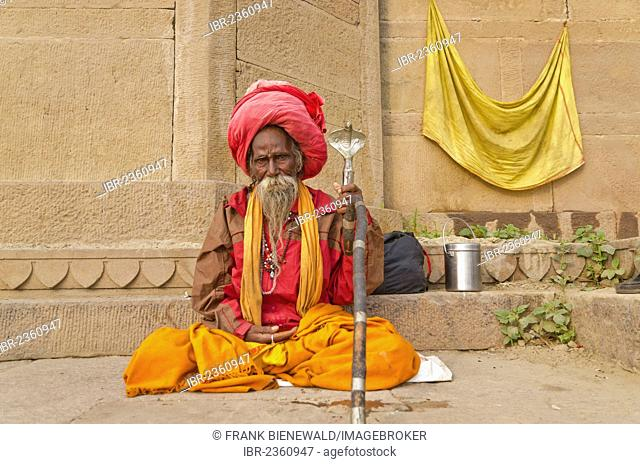 Sadhu, holy man, sitting at one of the ghats of the historic city of Varanasi, India, Asia