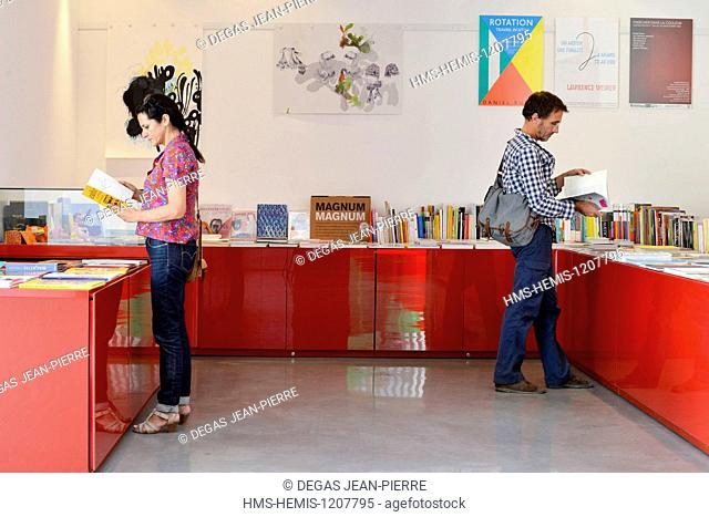 France, Herault, Serignan, Musee Regional d'Art Contemporain (Regional Museum of Contemporary Art), couple consulting books installed on tables in a bookshop