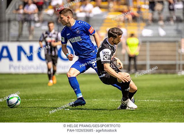 Florent Muslija (KSC) duels with Sascha Traut (Aalen). GES / Soccer / 3rd Bundesliga: GES / Soccer / VfR Aalen - Karlsruher SC, 05.05