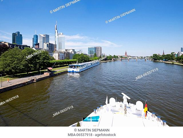 View from the Holbeinsteg over the Main, on the left the financial district, behind the cathedral, Frankfurt on the Main, Hesse, Germany
