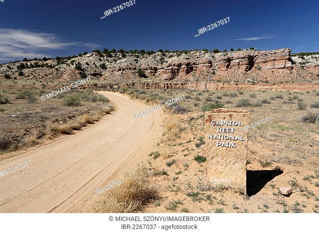 Dirt road, Notom-Bullfrog Road, Capitol Reef National Park, Strike Valley and Waterpocket Fold, Utah, USA