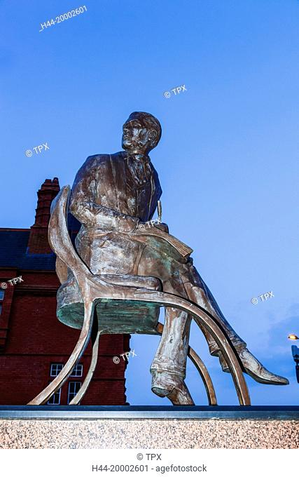 Wales, Cardiff, Cardiff Bay, Statue of Ivor Novello by Peter Nicholas