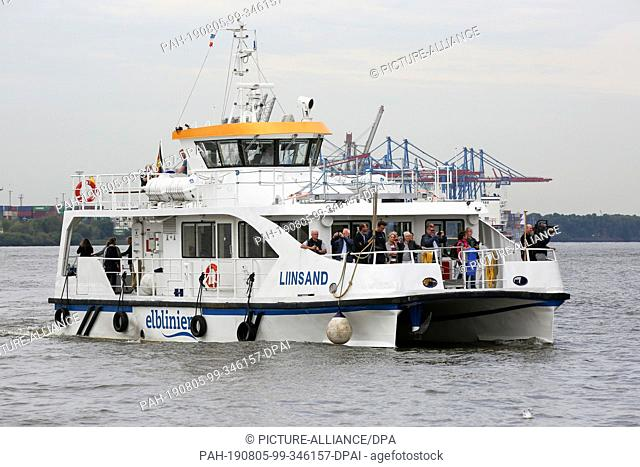 """05 August 2019, Hamburg: The Elbe ferry """"""""Liinsand"""""""" sails in the port of Hamburg. A new ferry service on the Elbe started operation on Monday, 05.08"""