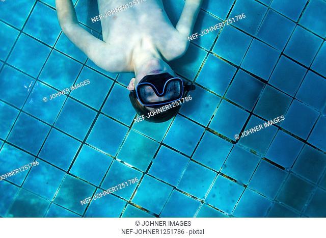 A boy diving in a swimingpool