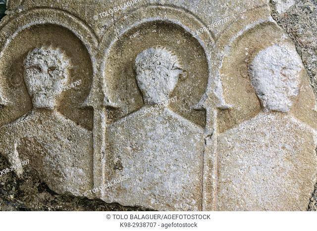 estela cineraria romana, iglesia de Sant Pere ad Vincula, Bausen, valle de Aran, Pyrenees Mountains, Spain