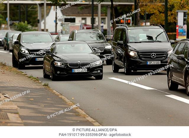 17 October 2019, North Rhine-Westphalia, Duesseldorf: Traffic is congested on Witzelstraße, while two cars are parked on the newly equipped