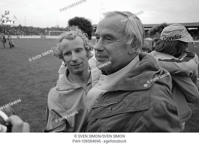 Berti VOGTS embraces coach Hennes WEISWEILER, landscape format. Football UEFA Cup Twente Enschede - Borussia Monchengladbach 1: 5 on 21.05