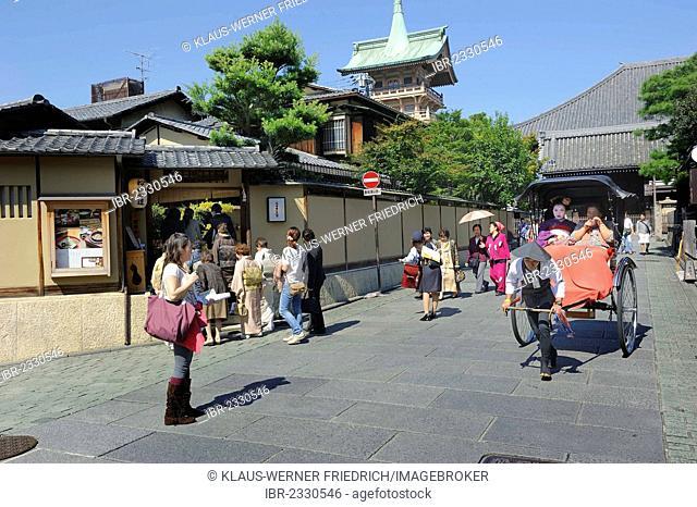 Street scene with tourists, pedestrian zone near Maruyama Park, Kyoto, Japan, East Asia, Asia
