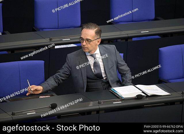 15 May 2020, Berlin: Heiko Maas (SPD), Federal Foreign Minister, takes a pencil out of a drawer at the 161st session of the German Bundestag