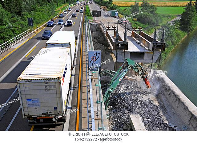 Demolition of a highway bridge in flowing traffic