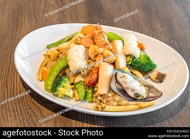 Fried rice noodle with seafood