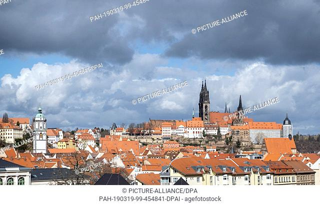 19 March 2019, Saxony, Meißen: Dark clouds are streaming over the old town with the Frauenkirche (l), the cathedral and the Albrechtsburg castle
