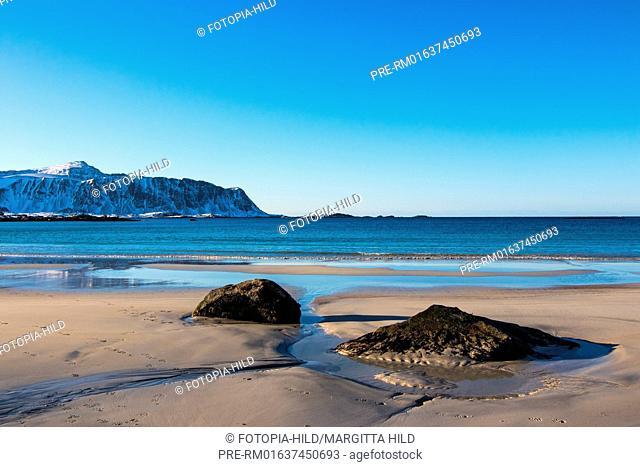 Sandy beach at Ramberg, Flakstad, Flagstadøya, Lofoten, Nordland, Norway, March 2017, Looking to the Mulstøtinden on Moskenesøya / Sandstrand in Ramberg