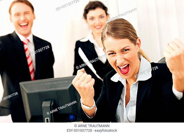 Geschäftsleute im Büro feiern Erfolg