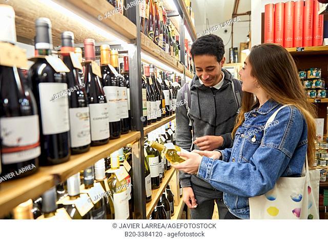 Couple of young tourists shopping at food store, Delicatessen, Multiracial young couple, Donostia, San Sebastian, Gipuzkoa, Basque Country, Spain