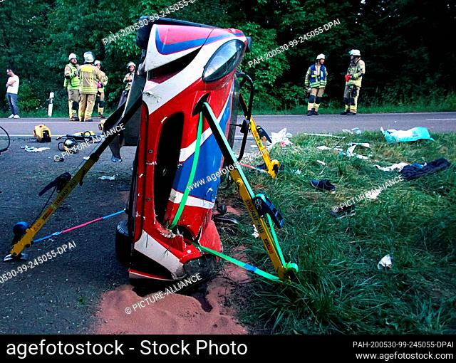 29 May 2020, Baden-Wuerttemberg, Remseck am Neckar: A crashed Lotus convertible lies upright on the side of the road. The 41-year-old driver was killed in the...