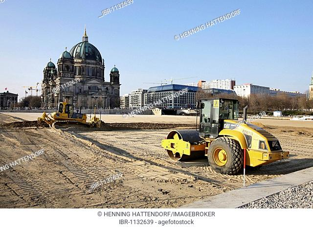 Excavator on the construction site for Humboldt Forum, former location of Palast der Republik, Palace of the Republic and Berliner Dom, Berlin Cathedral, Berlin