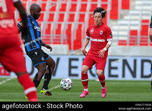Antwerp's Koji Miyoshi and Club's Eder Balanta fight for the ball during a soccer match between Royal Antwerp FC and Club Brugge