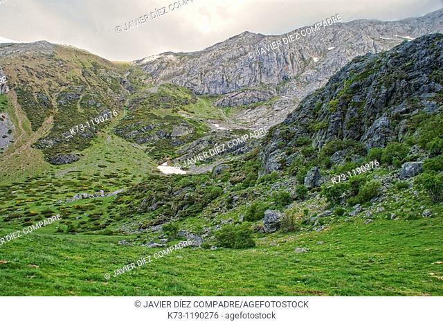 Espigüete Peak  Fuentes Carrionas y Fuente Cobre-Montaña Palentina Natural Park. Palencia province, Castilla y Leon, Spain