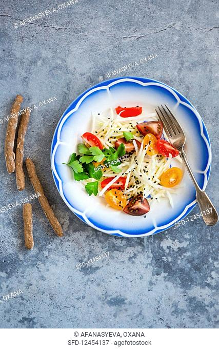 Kohlrabi and tomato salad with kombucha