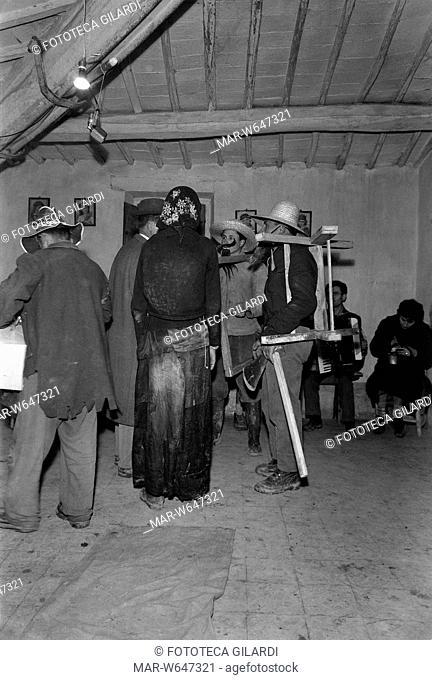 UMBRIA I taglialegna discorrono con la vecchia/quercia, sullo sfondo il suonatore di fisarmonica che accompagna i momenti cantati della rappresentazione