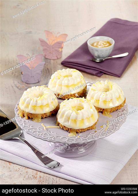 Cheesecake ice cream muffins with lemon curd