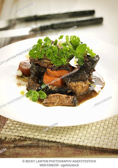 timbal de rabo estofado con costra de patata asada crujiente. / Stewed tail timbale with crispy roasted potato crust