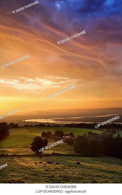 England, Gloucestershire, Newnham, Sunrise over the River Severn in the village of Newnham
