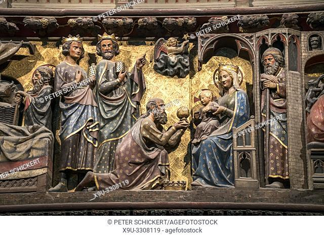 Holzschnitzereien der Chorschranke mit den Heiligen Drei Königen im Innenraum der Kathedrale Notre-Dame, Paris, Frankreich | medieval woodcarving with the The...