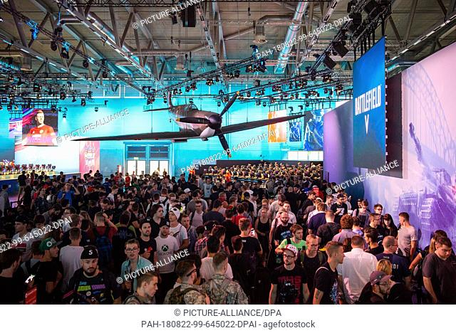 """21 August 2018, Germany, Cologne: Visitors to Gamescom 2018 are waiting to play the video game """"""""Battlefield 5"""""""". For the tenth time the Computer Spielemesse..."""