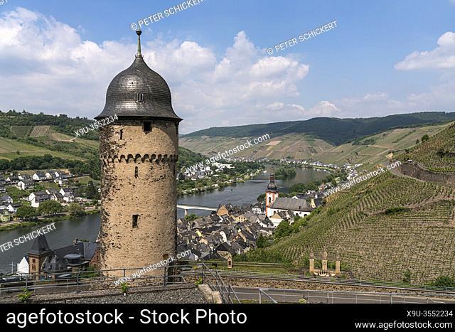 Pulverturm, die Mosel und der Ort Zell, Rheinland-Pfalz, Deutschland | Pulverturm tower, Moselle river and the town Zell, Rhineland-Palatinate, Germany