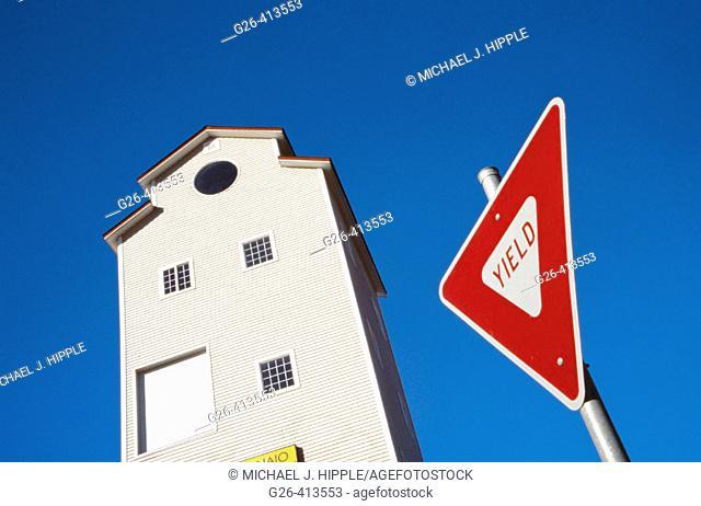 Yield sign. Mount Vernon. Western. Washington. USA