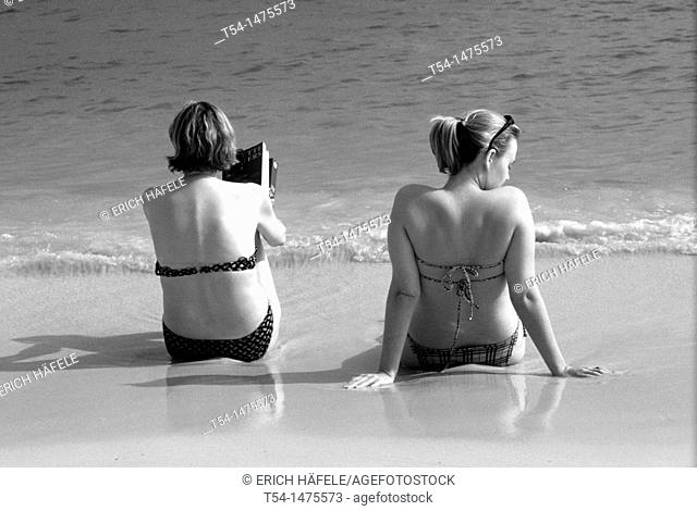 Two tourist enjoying the day on Chaweng Beach in Ko Samui