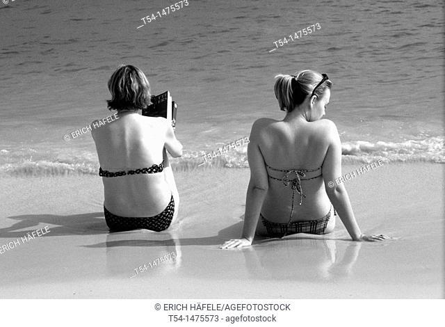 Two tourist enjoying the day on Chaweng Beach in Ko Samui