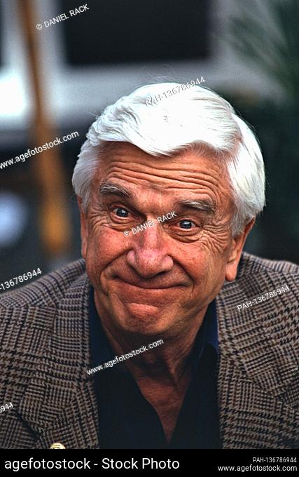 "May 3rd, 1994, Hamburg, Hollywood actor Leslie Nielsen at the photocall for the film """"Die nackte Kanone 33 1/3"""" - in the atrium of the Hotel Atlantic..."
