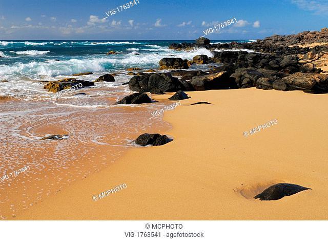 Black lava rock shoreline and waves on Moomomi Beach Molokai - Hawaii, USA; Amerika, 21/04/2006