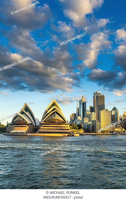 Australia, New South Wales, Sydney, Business district and Sydney Opera House in the evening light