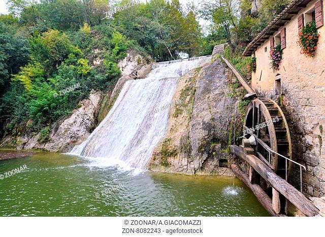 Photo Picture of a Beautiful Water Splash Waterfall