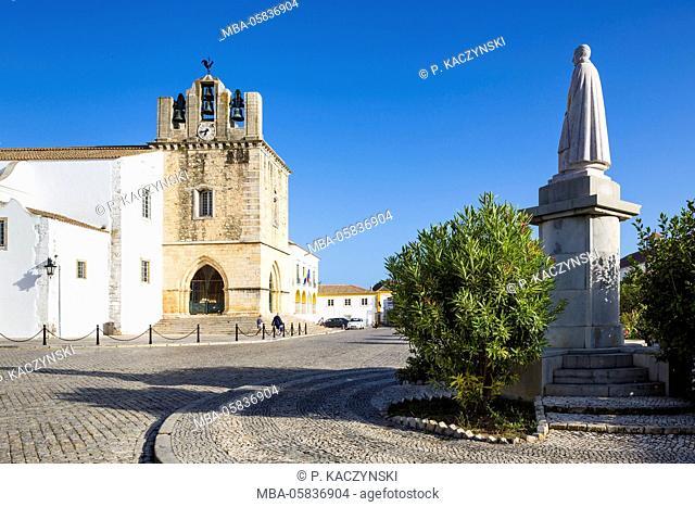 Igreja da Sé (Cathedral), the statue of Francisco Gomes do Avelar (1739-1812), bishop of the Algarve and the camara municipal, the city hall, in the Largo da Sé