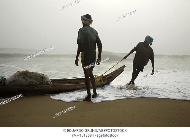 Fishing on the beach Mamallapuran  Mamallapuram, Tamil Nadu, India, Asia