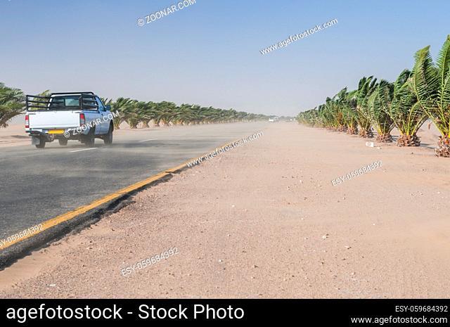 Sandsturm auf dem Trans-Kalahari Highway zwischen Walvis Bay und Swakopmund, Namibia, Afrika