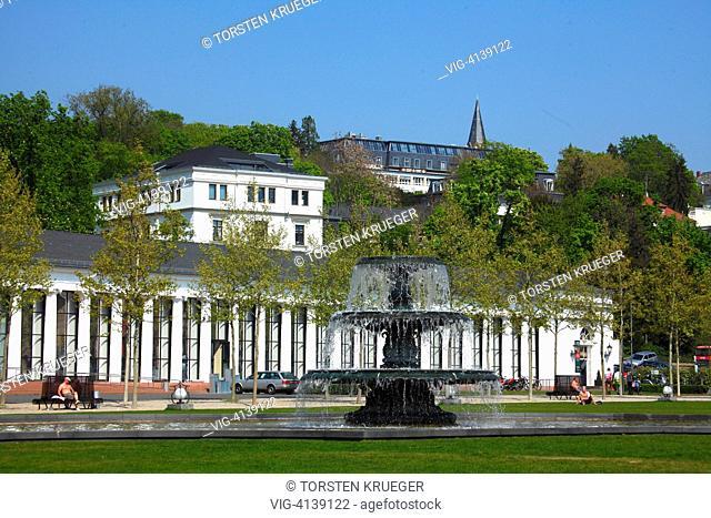 Wiesbaden : Blick ueber den Park Bowling-Green zur Kurhaus Kolonnade