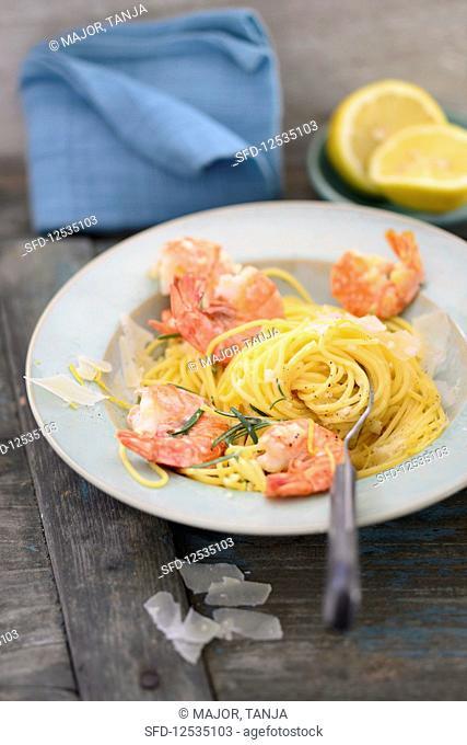 Lemon spaghetti with fried shrimps